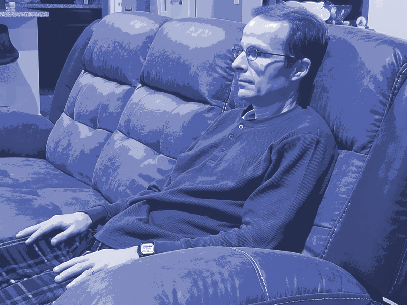Tom on couch blue-800x600